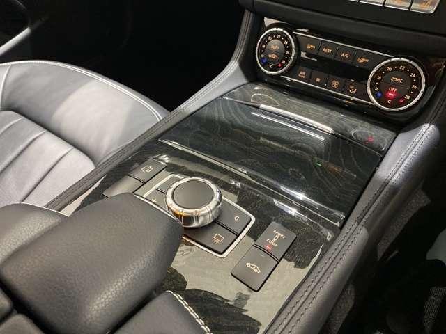 ベンツのシフトノブは日本車のウインカー操作部分にございますのでセンターコンソールがスッキリしております。