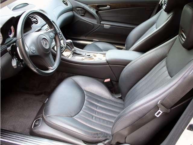 使用感の少ないとっても綺麗な黒本革シート!メモリー機能付パワーシート&シートヒーター&エアスカーフも装備しております。