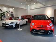 ABARTHコーナーもございます。モータースポーツをイメージできる専用の床は、まさにモータースピリッツ!