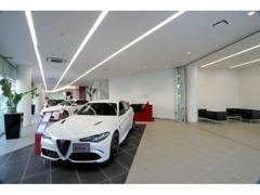 1階はアルファ ロメオを展示。開放的なショールームに、最新モデルを展示。