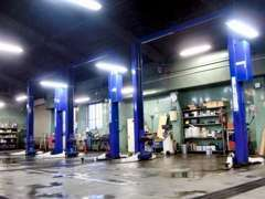 リフト6基完備★大きなサービス工場でお客様のサポート体制が整っております。高い技術を持った整備士がお客様のお車を点検★