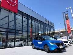 店舗前にお客様駐車場が御座います。お気軽にお越しください。スタッフがお出迎えを致します。