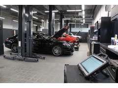最新の設備と機器を備えた 7 ベイのサービス センターを併設。
