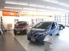 明るく開放的な店内には日産の高品質車を展示しております。ご来店の際は是非じっくりとご覧ください!