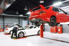 陸運局指定認証工場完備でお客様の愛車をサポートします。車検や急な故障、板金修理などもお任せください。