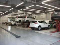 日産のメカニックが充実した併設サービス工場設備の元、お客様の大切な車を整備致しますので安心してお乗り下さい