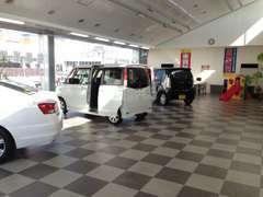 当店は店舗内にも広い展示場を持っておりますので非常に良好な在庫の保管が可能です!お客様の大切なお車をしっかり磨いてます!