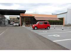 広々としたお客様駐車場も完備しております。もしも満車の際はご遠慮なくスタッフまでお声掛けください!