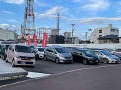 展示場はとても広く、様々なホンダ車がございます☆広い駐車場も完備しております♪