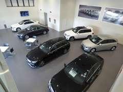 2階の商談スペースからゆっくりとお車をお選び頂けます。