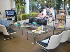 明るく清潔なショールームお待ちしております!待ち時間を快適にお過ごしいただけるよう、TVや雑誌を用意していますよ♪