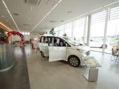 広々としたショールームでは新車の展示に加え、お客様が快適に過ごして頂けますよう、様々な用意がございます★