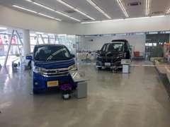 明るく広々とした店内には、日産の高品質車を展示しております!ご来店の際にはじっくりとご覧ください!