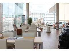 広々とした開放感あふれる店内は、大きな窓から明るい陽が差しこむ、ナチュラルテイストな空間になっております。