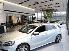 明るくモダンなショールームに新型車両を展示致しております。