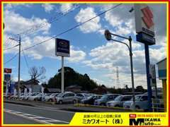 展示スペースです☆国産車から輸入車までの厳選した良質車を常時20台ぐらい展示してます。