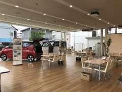 広々ゆったりお車をお選びいただける商談スペースを設けております!!