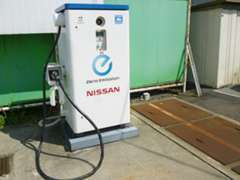電気自動車を充電する際に使用する『急速充電器』を設置しております。