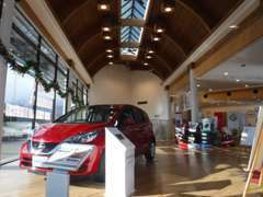 天井から光が差しこむ明るいショールームには、日産の高品質車を展示しております!ご来店の際には、じっくりとご覧ください♪