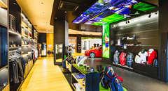 メルセデス・ベンツコレクションを多数展示、ゴルフ用品・ペットグッズも取り揃えております。