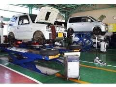 工場内は広く、作業しやすい環境にあります。車検・点検はもとより、各種整備も安全安心な整備をお約束します。