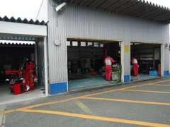 整備工場も併設しております。専門スタッフが常駐しておりますので、ご購入後のメンテナンスも当店にお任せ下さい!