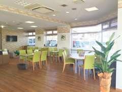 リニューアルし店内です!カフェをイメージした、広々とした明るい空間に生まれ変わりました!雑誌も豊富にご用意しております。