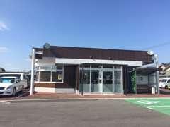 店舗をこの度リニューアルしました。入口も正面に移って、入りやすくなりました。駐車場は店舗の前と左に進んだ所にございます。