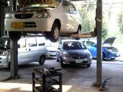 当店は国で認可された認証工場と提携をしており、国家有資格者がお客様の愛車を安心整備を実施しお届け致します。