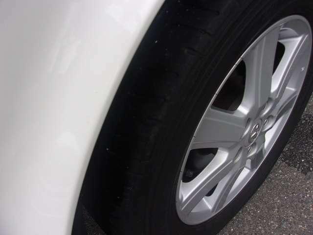 フロントのタイヤとホイールです!ホイールは4本とも大きな傷も無く程度良好です。タイヤの残り溝も有り、まだまだご使用していただけます。