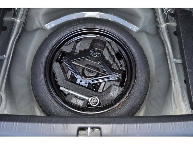 スペアタイヤはトランク下に収納されております
