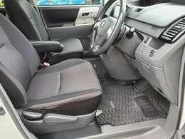 車内で一番汚れが多くなる運転席側のシートもへたりや汚れ等も少なく綺麗な状態となっております♪もちろん足元のフロアマットも破れ等がなく良好な状態となっております♪フロアマットはもちろん全席装備です♪
