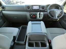 Wエアバッグ/ABS/キーレス/イモビライザー/電動格納式ドアミラー/アラウンドビューモニター/VDC(横滑り防止機能)/フロントオートエアコン+リヤクーラー+リヤヒーターが装備されています。