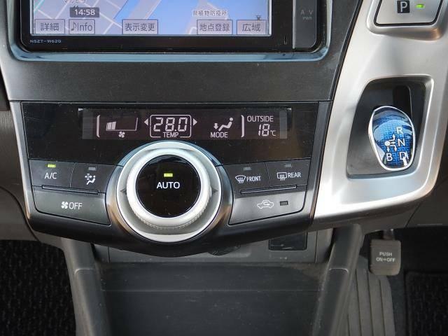【インパネセンター部】温度設定だけで室内快適♪簡単操作のオートエアコン操作パネルと場所を取らないインパネ式のシフトレバーです♪