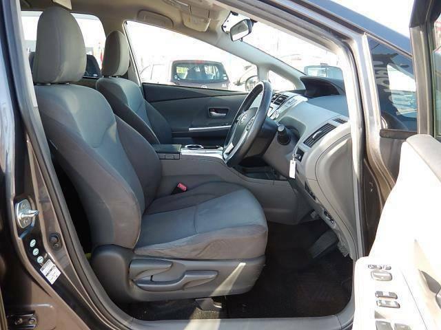 【運転席・助手席側】セパレートタイプでゆったり座れる運転席・助手席です♪厚みのある座席は長時間運転も疲れを感じにくいですよ♪運転席側にはシートリフター(座面の高さ調整)が付いています♪