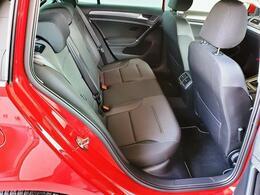 リヤシートもフロントシート同様しっかりしており、長時間座っていても疲れにくいです。足元も余裕がありますので、友人、ご家族でのドライブも快適です。