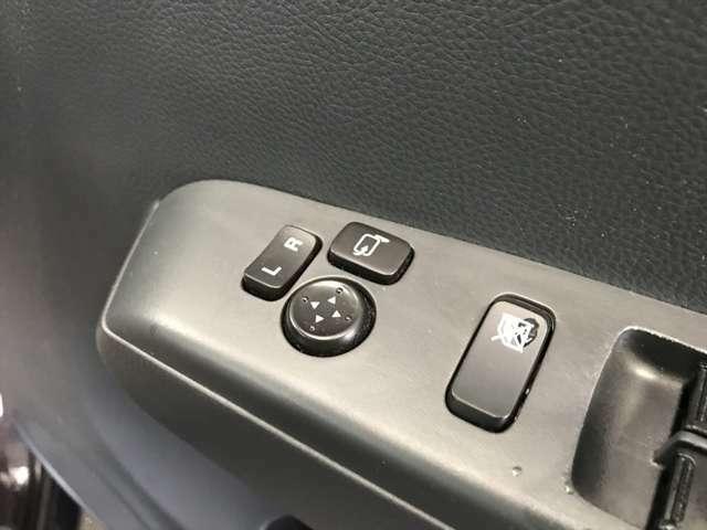 電動格納ミラーの開閉、調整はこのスイッチで行います。