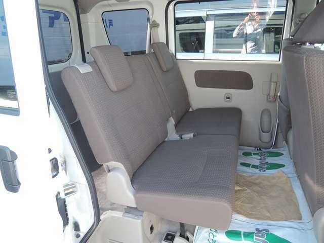 後部座席はシートを個別に倒すことが可能です。座席自体を下に降ろし、荷室として広々使うこともできます!