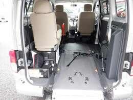 乗降アシスト装置+車いす固定ベルト(手動式)〈車いす2名仕様・セカンド位置〉セカンド位置への乗車は電動ウインチで。ベルトの引出しもらくにできます。
