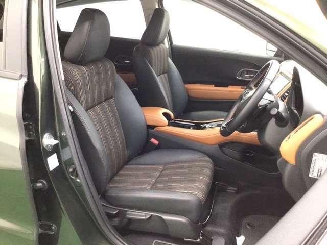 前席はクーペのようなパーソナル感。   ※合皮コンビシート&専用インテリアです。