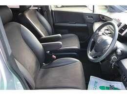 すわり心地の良い運転席・助手席です。長時間のドライブの疲れを軽減します。
