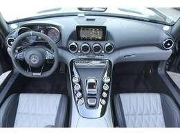 ■限定車はシルバーパール&ブラックレザーのAMGパフォーマンスシートとなっております!■ステアリングもAMGパフォーマンスステアリングでアルカンターラとなっております!■インテリアはおしゃれでとても綺麗です
