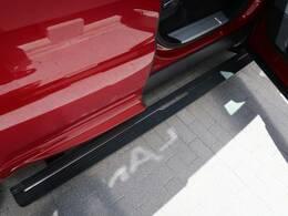 人気OPの【電動サイドステップ】ドアを閉めると自動で格納され、レンジローバーのデザインにマッチしたサイドステップとなります。