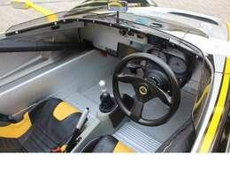 REVERIEカーボンステアリオング・クイックリリース・キルスイッチ・ポータブルナビ・バックカメラ・GPSレーダー・レザースポーツシート・シュロス4点ハーネス
