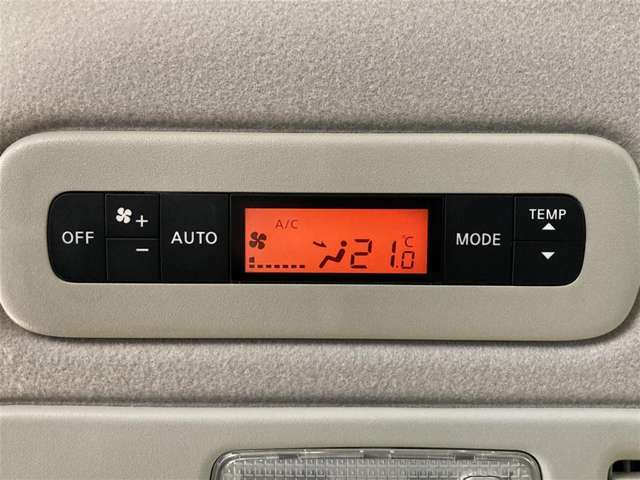 後部座席にもオートエアコン!快適に過ごせます。