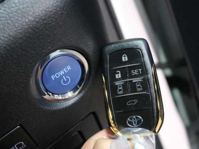 【スマートキー&プッシュスタート】ドアハンドルを軽く握るだけでドアロックを解錠。施錠はドアハンドルのロックスイッチを押すのみ。ブレーキを踏みながらエンジンスイッチを押すだけで、エンジンが始動します☆
