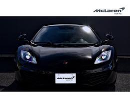 カーボンブラックのボディカラーは、12Cをより引締まった印象に見せます。