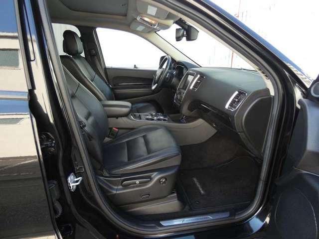 フロントシート&セカンドシートにはシートヒーター機能も装備されております。
