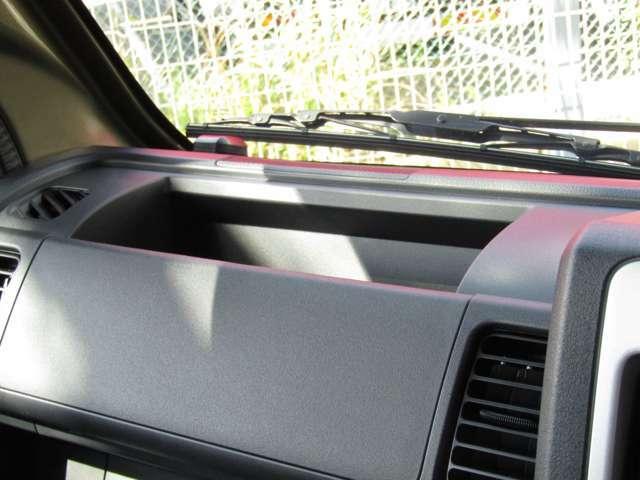 運転席から手の届く範囲に大型オープントレイが備えられています。