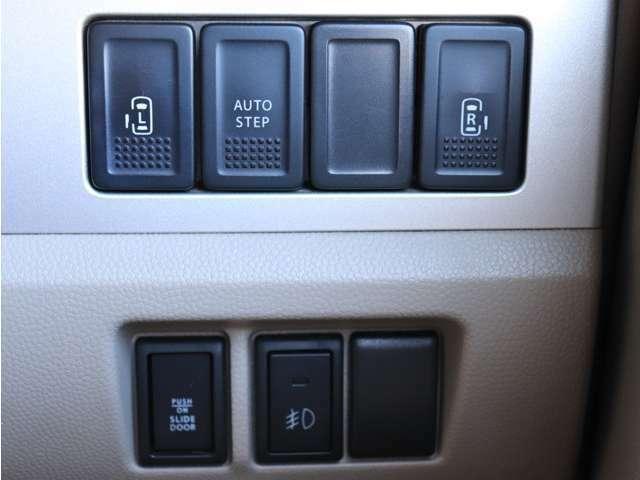 《 両側電動スライドドア 》 駐車場で両手に荷物を抱えている時でもボタンを押せば自動で開いてくれますので、ご家族でのお買い物などにとっても便利な人気装☆